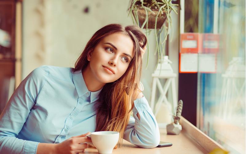 コーヒーを飲む美女